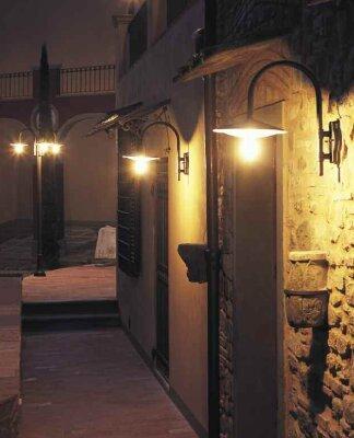 klassische Wandleuchten für außen im mediterranen Stil von Surya Luce aus Terme Italien. Die Außenwandleuchten Plates Nr. 40213_40310 sehen gut aus und sind vom Preis her sehr günstig.