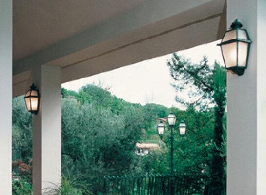 schöne mediterrane Wandleuchte Nr. 50610 für Außen von Surya Luce Terme Beleuchtungs Manufaktur aus Italien. Spezialist für mediterrane Beleuchtung. Die Surya Lampen und Außenleuchten werden im Handel auch unter den Markennamen Laterna Italia und Terraluce angeboten.