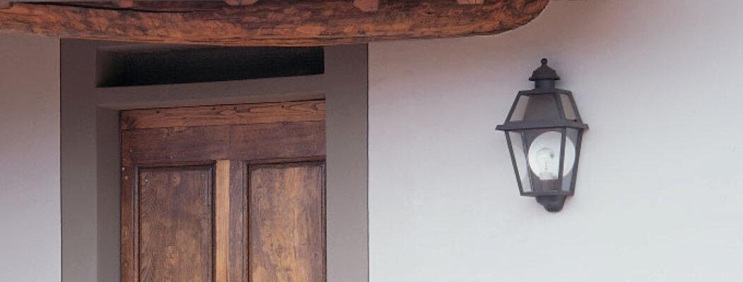 Diese schöne mediterrane Außenwandleuchte Nr. 50610 kommt aus der Leuchtenmanufaktur Surya Luce aus Terme. Das Leuchtenmodell kann direkt an die Hauswand geschraubt werden und braucht nicht viel Platz. Sehr gut sieht diese Außenlampe auch an exklusiven Reetdach Häusern aus.Das Material besteht aus hochwertigem Aluminiumguss mit einer wetterfesten Oberflächenbehandlung. Neben den Standardfarben wie Schwarz, Antrazith, Weiß oder bronziert / Grünspan gibt es auch RAL Sonderfarben.