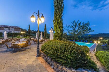 schöne mediterrane Gartenleuchte von Surya Luce Terme. Diese zweiflammige Gartenleuchte Nr. p11097 + 900301 steht vor einem italienischen Land Hotel. Es handelt sich um eine Sonderanfertigung aus der Leuchten Manufaktur Surya Luce aus der Toskana.