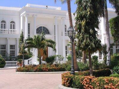 Schöneklassisch mediterrane Außenleuchten an schönen Gebäuden unterstreichen eindrucksvoll die Architektur. Schön anzusehen sind die beiden zwei-armigen Gartenleuchten von Surya Luce Nr. P0210 50530 vor einer Villa. Farbe: anthrazit-grau,Klarglas.