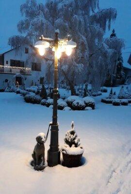 drei flammige Gartenlampe von Surya Terme Italien. Die Leuchte ist über 300cm hoch und besteht aus Aluminiumguss. Die Außenfarbe ist anthrazit grau, die Lampenteller sind emaille weiß.
