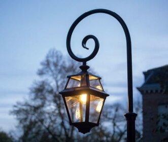 Die Place des Vosges 2 ist eine klassische Gartenlampe aus der Beleuchtungsmanufaktur Roger Pradier, Frankreich. Sie wird in verschiedenen Größen und Ausführungen geliefert. Höhe von 1,50m bis 3,50m. Hier ist die Lampe an einem Bischofsstab aus Aluminiumguss befestigt. Mediterraner und klassischer Stil.
