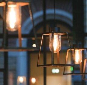 exklusive Designer Deckenlampe Lampiok aus der Außenleuchten Manufaktur Roger Pradier Saint Maur, Frankreich. Design by Stéphane Joyeux.<br /> <br /> 1278 / 224mm.<br /> Lampengehäuse: H 317 x W 224mm.<br /> Kupfer.