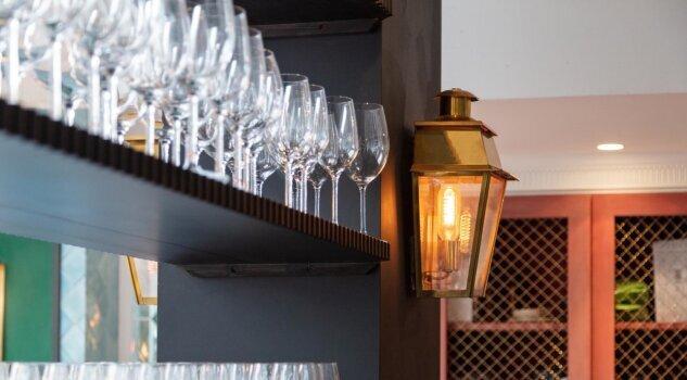 LumArt Innenleuchten aus Messing die direkt an der Wand befestigt wird. Die Form der Wandleuchte ist eckig und besteht aus Messing. Das Licht fällt nach vorne und zur Seite . Der obere Abzug der Wandleuchte stilisiert die Abluftesse der ursprünglich historischen Lampe.