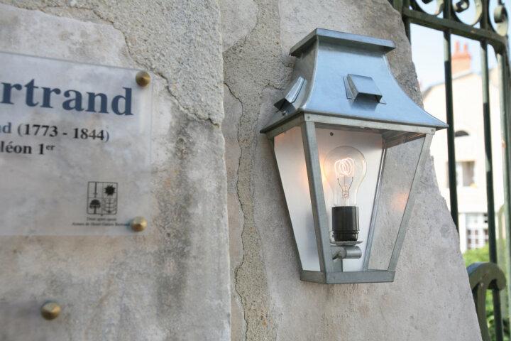 Vieille France Nr. 2 klassische Wandlampe aus Rohzink von Roger Pradier