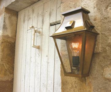 klassik-leuchten.de: M2. Wandlampe Vieille France Nr. 2 Messing, klassische Beleuchtung für außen von Roger Pradier